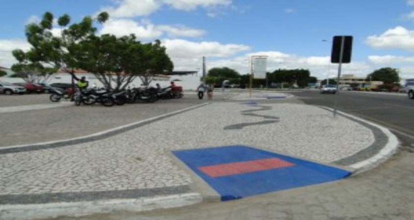 Mototaxistas desrespeitam locais de acessibilidade no centro de Paulo Afonso