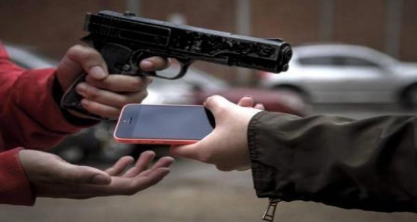 Homem  invade estabelecimento comercial no BTN e rouba aparelho celular