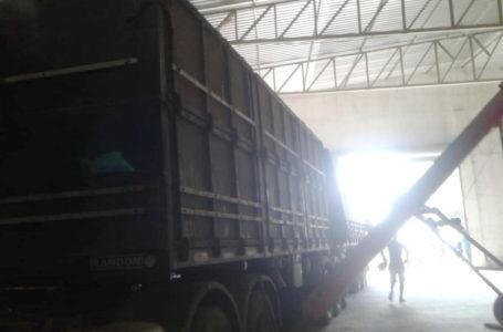 Carreta roubada com carga de soja é recuperada na cidade de Jeremoabo-BA