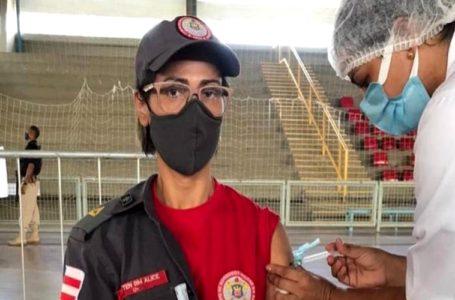 Profissionais da segurança recebem a primeira dose da vacina da Coronavac em Paulo Afonso
